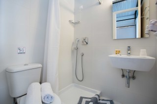 accommodation hippocampus hotel shower